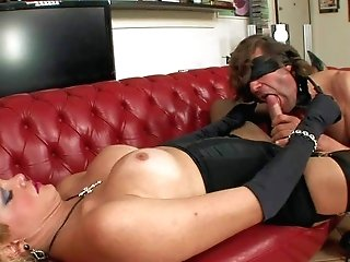 Blonde shemale Bianca SM clad in black gets her hard
